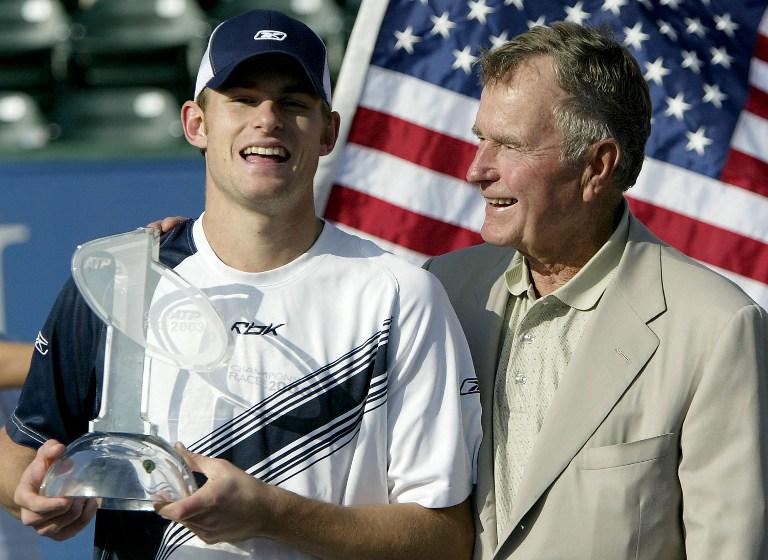 Roddick poses with 41st President Bush